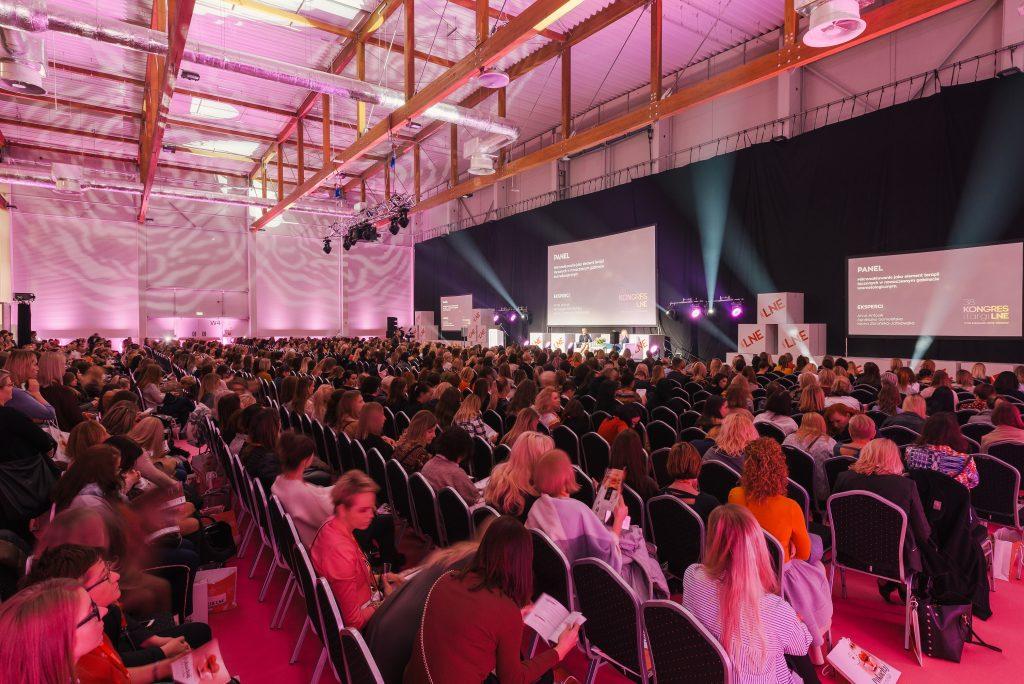 sala pełna ludzi na panalu kongresu lne