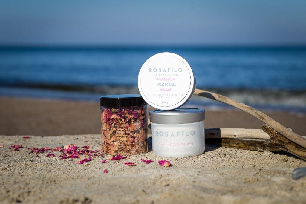 Produkt Rosafilio Linia Różana, ustawiony na plazy nad brzegiem morza