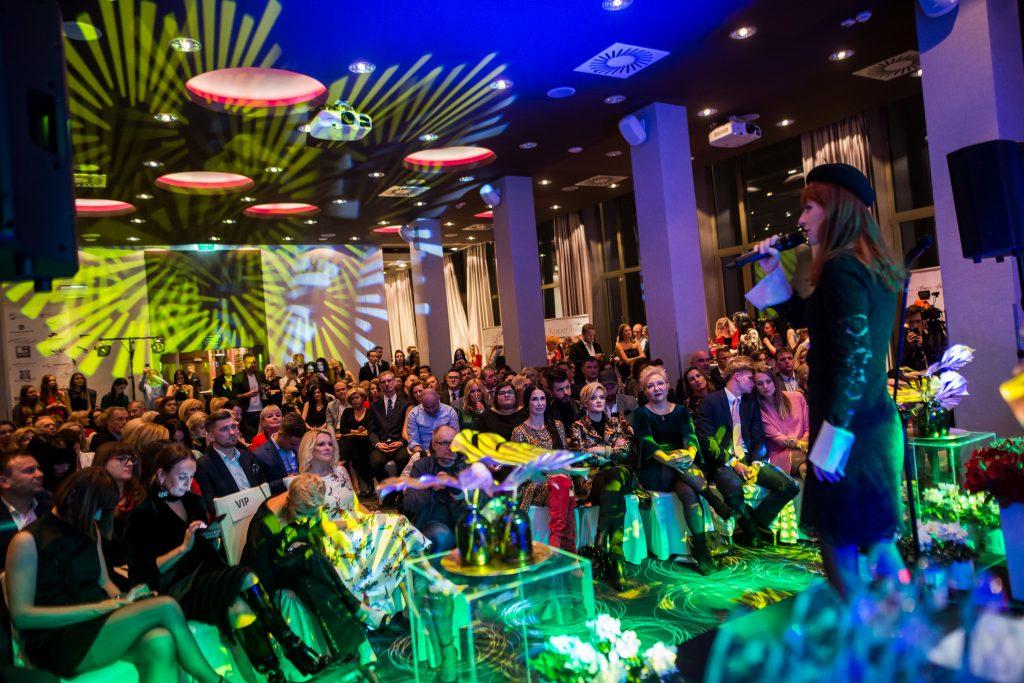 zdjęcie sali, widac gości imprezy, panuje mrok i klimatyczne światła