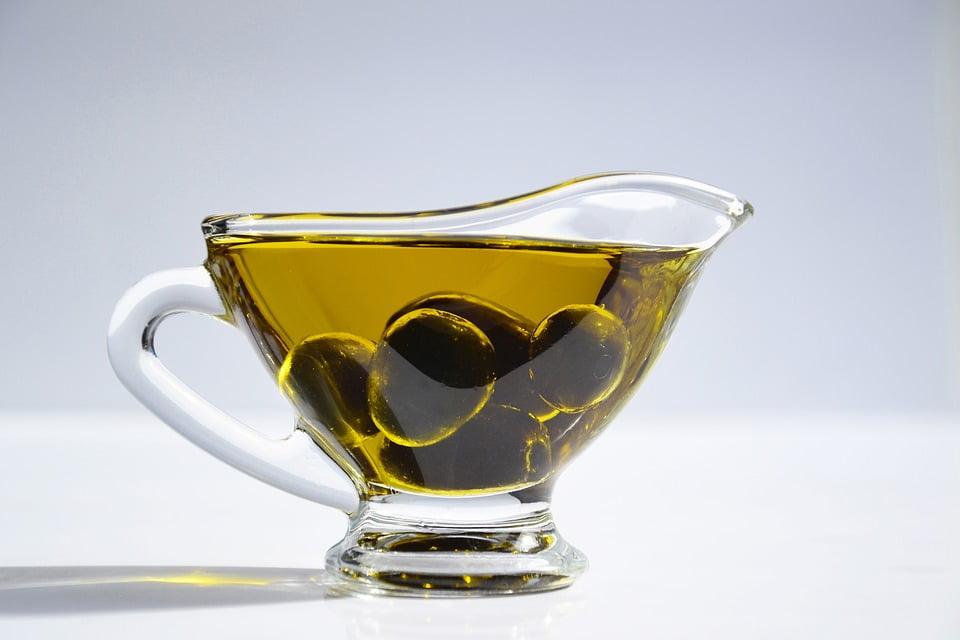 kokilka pełna oliwek i oliwy