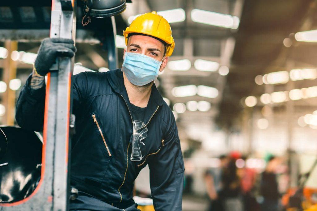 przedsiębiorca w żółtym kasku, fot. materiały prasowe